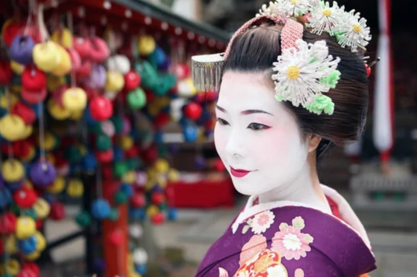 maiko geisha kimono lila kyoto